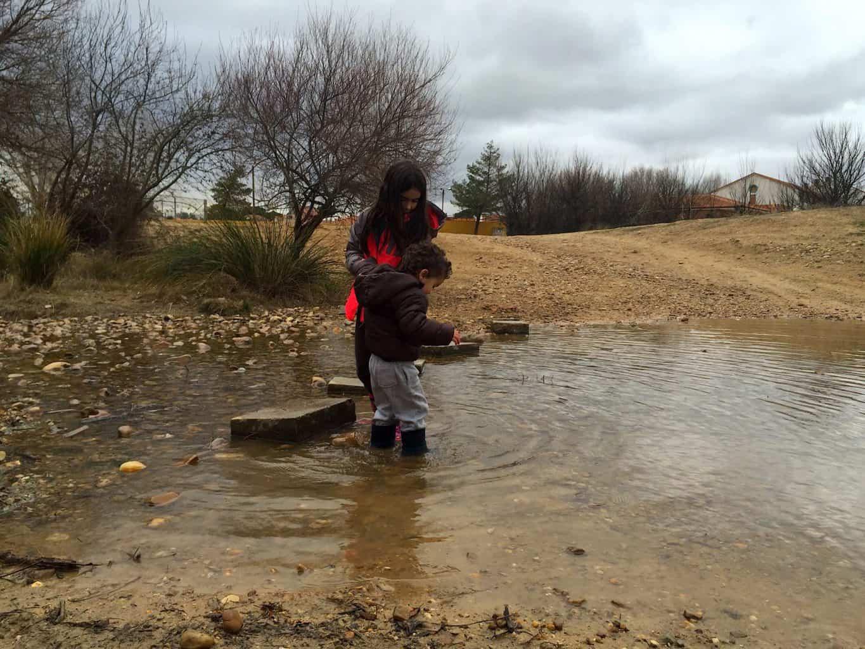 qué hacer con los niños los días de lluvia: ¡al agua!