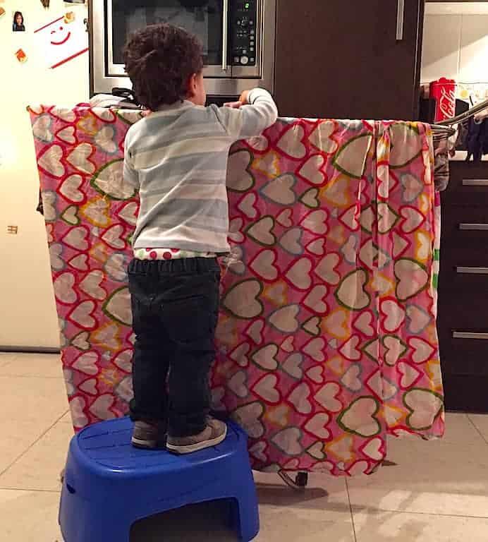 niño pequeño colaborando en las tareas de la casa