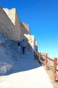El papá con los peques subiendo al Castillo del Cid, Jadraque, Guadalajara