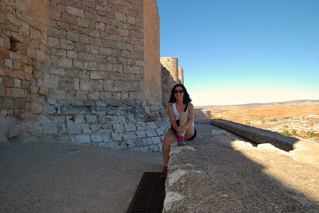 Maribel posando con el Castillo del Cid al fondo, Jadraque, Guadalajara