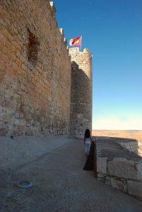 Vistas de la peque andando hacia el Castillo del Cid, que luce una bandera en lo alto, Jadraque, Guadalajara