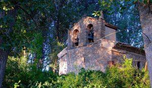 Iglesia abandonada en mitad del campo