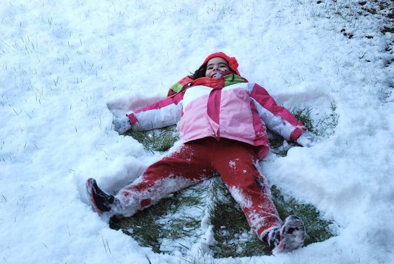 La peque haciendo el ángel en la nieve