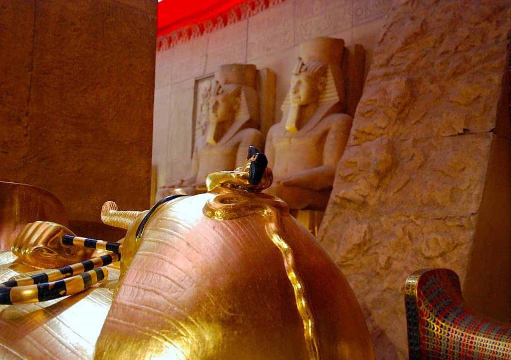 Tumba de Tutankamon, con parte de la fachada del templo de Abu Simbel al fondo