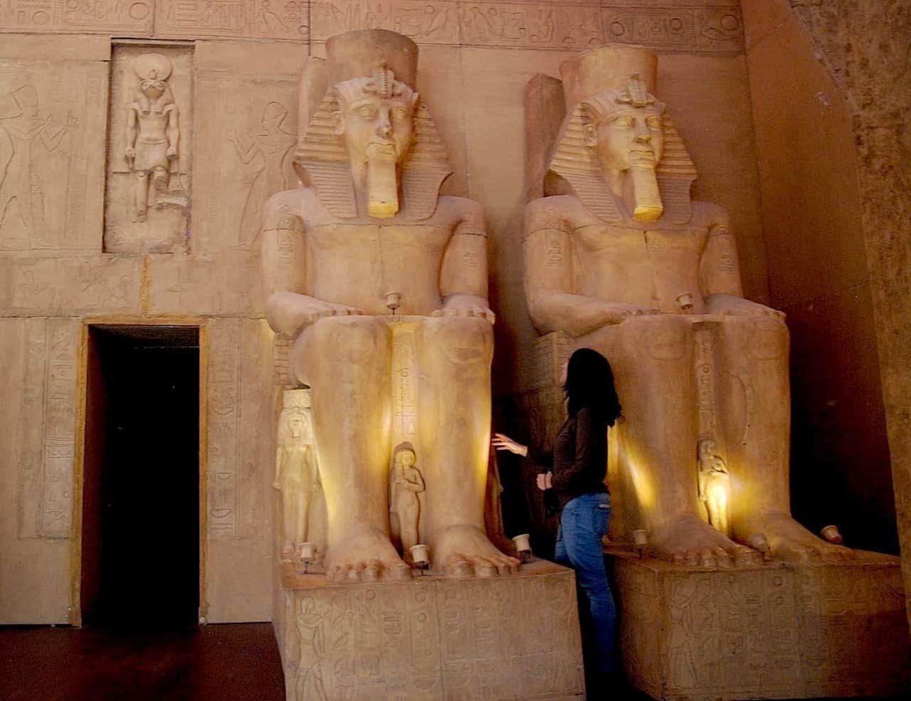 Reproducción de la fachada de Abu Simbel conmigo delante observando uno de los dioses
