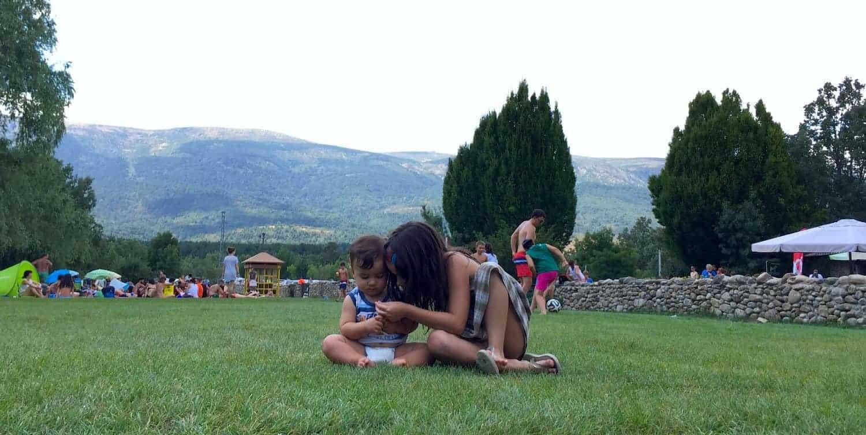 Dos niños en la explanada mientras las familias hacen picnic