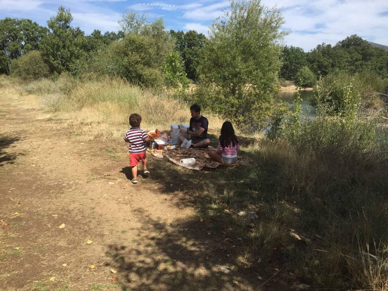 Haciendo Picnic al lado de la laguna, en la sierra norte de Madrid