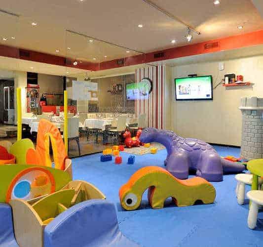 La Burguesita es ideal para todos, una cafetería para ir con niños con un espacio muy chulo para los pequeños