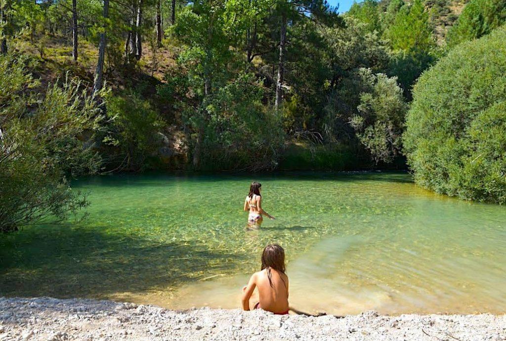 Niñas bañándose en el Alto Tajo, en Guadalajara