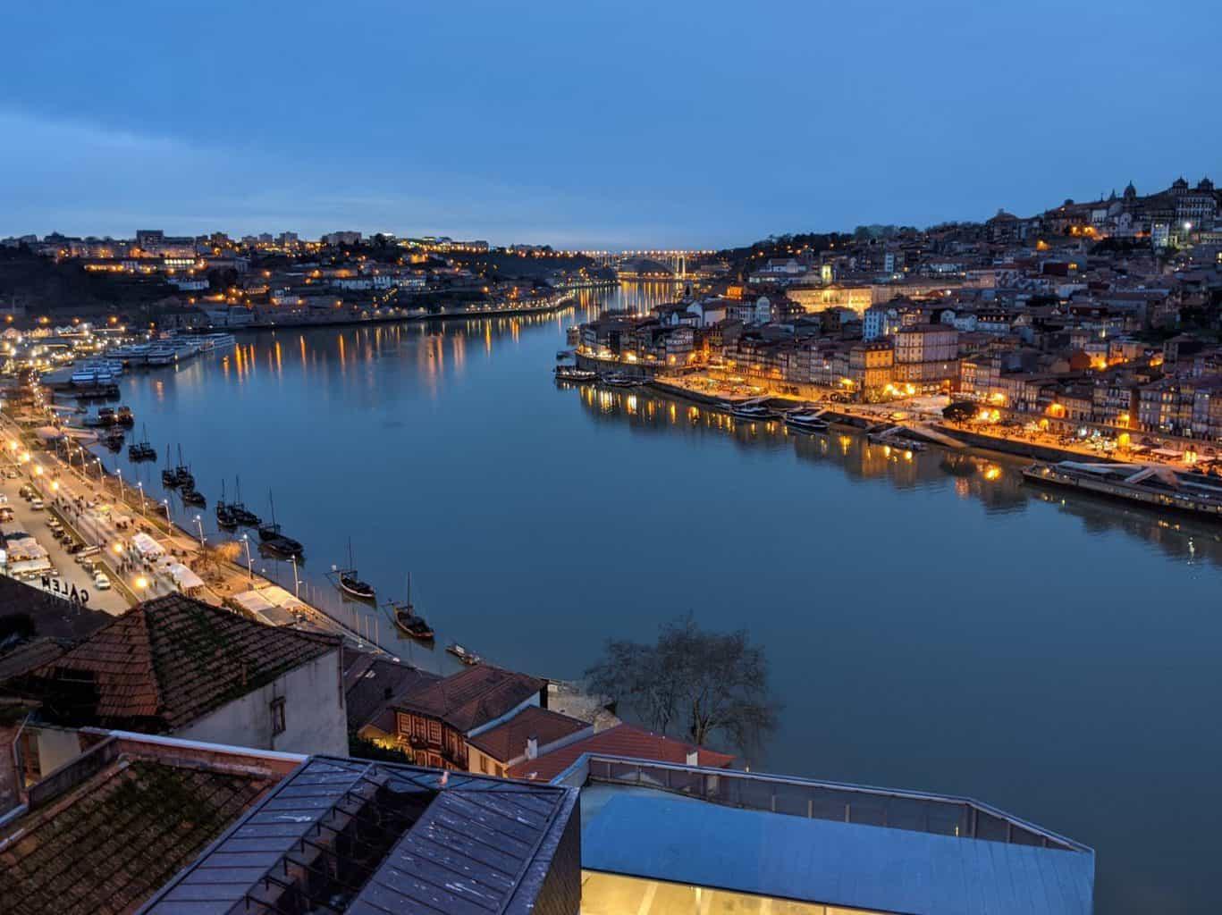 Dar un paseo de noche por Oporto es una delicia